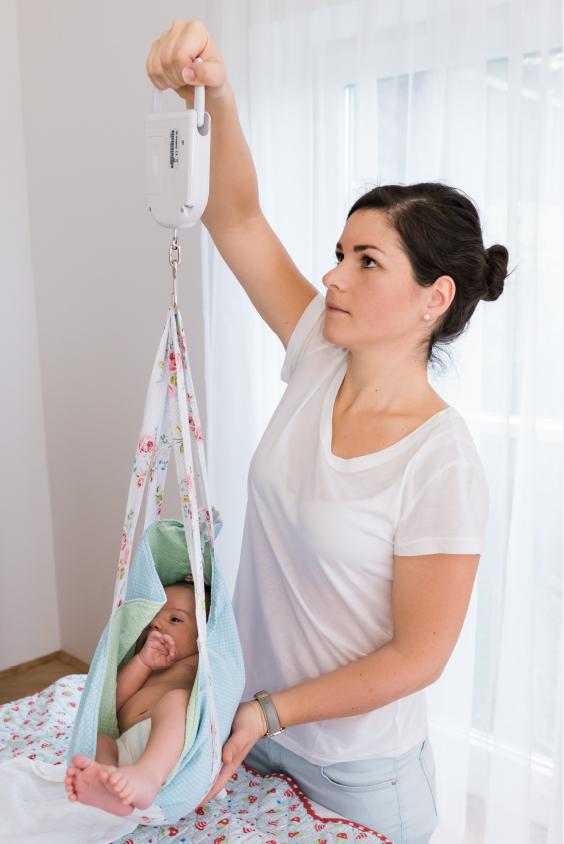 Katharina Winterheller wiegt das Baby ab